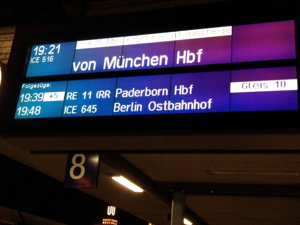 電車が遅れる場合、電光掲示板にて遅延時間・新しいホームの場所などが掲示される